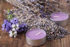 Κεριά και lavender σε έναν παλαιό ξύλινο πίνακα Στοκ εικόνα με δικαίωμα ελεύθερης χρήσης