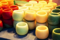 Κεριά κεριών των διάφορων χρωμάτων στοκ φωτογραφίες με δικαίωμα ελεύθερης χρήσης