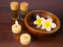 Κεριά, κύπελλο του νερού, και aromatherapy Στοκ Φωτογραφίες