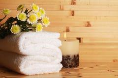 Κεριά, λουλούδια και πετσέτες - μασάζ ή Στοκ Εικόνες