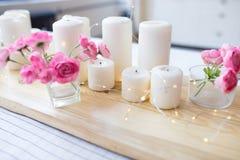 Κεριά με τα φω'τα Σύνθεση στον πίνακα χαριτωμένο εγχώριο ντεκόρ με τα κεριά και τα λουλούδια στοκ εικόνες
