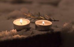 Κεριά με το δεντρολίβανο στο χιόνι στο ναυπηγείο Στοκ Φωτογραφία