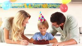 Κεριά οικογενειακών φυσώντας γενεθλίων απόθεμα βίντεο