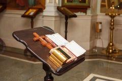 Κεριά Ορθόδοξων Εκκλησιών με τα εικονίδια, τη Βίβλο και το σταυρό στοκ εικόνα