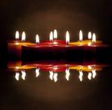 Κεριά που ανάβουν στο σκοτάδι Στοκ Φωτογραφία