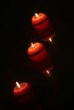 Κεριά που ανάβουν στο σκοτάδι Στοκ Εικόνες