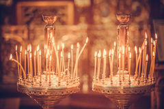 Κεριά που βάζουν φωτιά στην εκκλησία Στοκ Εικόνα