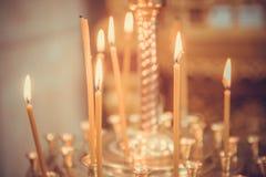 Κεριά που βάζουν φωτιά στην εκκλησία Στοκ εικόνες με δικαίωμα ελεύθερης χρήσης