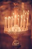 Κεριά που βάζουν φωτιά στην εκκλησία Στοκ φωτογραφία με δικαίωμα ελεύθερης χρήσης