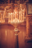 Κεριά που βάζουν φωτιά στην εκκλησία Στοκ Φωτογραφίες