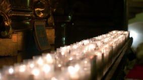 Κεριά που καίνε σε έναν υπόλοιπο κόσμο απόθεμα βίντεο