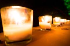 Κεριά στα βάζα γυαλιού που τίθενται ως ρομαντικοί λαμπτήρες Στοκ εικόνες με δικαίωμα ελεύθερης χρήσης