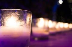 Κεριά στα βάζα γυαλιού που τίθενται ως ρομαντικοί λαμπτήρες Στοκ Φωτογραφίες
