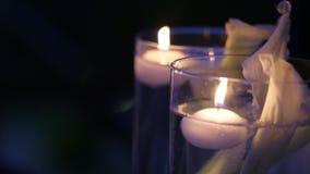Κεριά στα μπουκάλια και κιβώτια γυαλιού στη γαμήλια τελετή υπαίθρια αργά το βράδυ lights romantic φιλμ μικρού μήκους