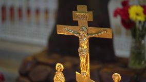 Κεριά στην εκκλησία απόθεμα βίντεο