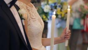 Κεριά στην εκκλησία στη γαμήλια τελετή απόθεμα βίντεο