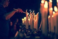 Κεριά στην εκκλησία - το Μιλάνο Duomo, καθεδρικός ναός Ιταλία Στοκ Εικόνα