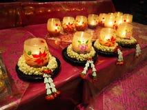Κεριά στη γιρλάντα λουλουδιών στοκ φωτογραφία