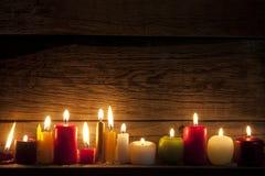 Κεριά στη νύχτα στη διάθεση Χριστουγέννων Στοκ Φωτογραφία