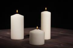 Κεριά στον ξύλινο πίνακα Στοκ Φωτογραφίες