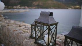 Κεριά στους λαμπτήρες γυαλιού Γαμήλιες διακοσμήσεις Γάμος σε Monteneg απόθεμα βίντεο