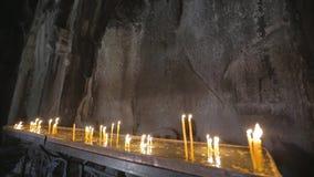 Κεριά στο μοναστήρι Geghard απόθεμα βίντεο