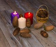 Κεριά στο παλαιό ξύλινο υπόβαθρο Στοκ εικόνα με δικαίωμα ελεύθερης χρήσης