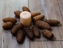 Κεριά στο παλαιό ξύλινο υπόβαθρο Στοκ φωτογραφία με δικαίωμα ελεύθερης χρήσης