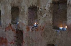 Κεριά στο τουβλότοιχο Στοκ Φωτογραφία