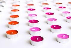 Κεριά τσαγιού που τακτοποιούνται στις σειρές στο άσπρο υπόβαθρο γραφείων Στοκ εικόνα με δικαίωμα ελεύθερης χρήσης