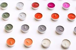 Κεριά τσαγιού που τακτοποιούνται στις σειρές στο άσπρο υπόβαθρο γραφείων Στοκ Φωτογραφία