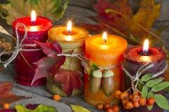 Κεριά φθινοπώρου με την εκλεκτής ποιότητας αφηρημένη ακόμα ζωή φύλλων Στοκ Εικόνες
