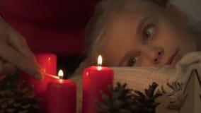 Κεριά φωτισμού μητέρων, κόρη που κοιτάζουν αναστατωμένα, καλές διακοπές από κοινού φιλμ μικρού μήκους