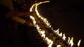 Κεριά φωτισμού στο ναό κλείστε επάνω απόθεμα βίντεο