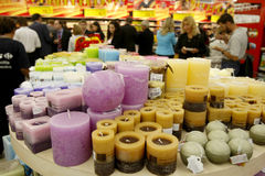 Κεριά Χριστουγέννων για την πώληση στην υπεραγορά Στοκ Φωτογραφίες