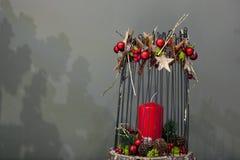 Κεριά Χριστουγέννων διακοσμήσεων στο γκρίζο υπόβαθρο Στοκ φωτογραφία με δικαίωμα ελεύθερης χρήσης