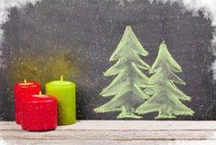 Κεριά Χριστουγέννων και συρμένο χέρι χριστουγεννιάτικο δέντρο Στοκ φωτογραφία με δικαίωμα ελεύθερης χρήσης
