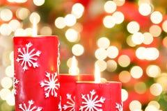 Κεριά Χριστουγέννων με την ελαφριά θαμπάδα Στοκ Εικόνες