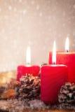 Κεριά Χριστουγέννων με τις διακοσμήσεις Χριστουγέννων, τα Χριστούγεννα ή τη νέα ατμόσφαιρα έτους Στοκ Φωτογραφία