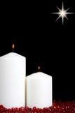 Κεριά Χριστουγέννων με τις κόκκινες χάντρες Στοκ εικόνες με δικαίωμα ελεύθερης χρήσης
