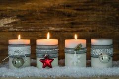Κεριά Χριστουγέννων που διακοσμούνται με τις διακοσμήσεις για την εποχή εμφάνισης στοκ εικόνες με δικαίωμα ελεύθερης χρήσης
