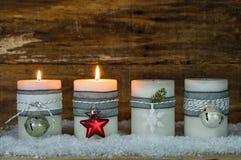 Κεριά Χριστουγέννων που διακοσμούνται με τις διακοσμήσεις για την εποχή εμφάνισης στοκ εικόνες