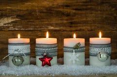 Κεριά Χριστουγέννων που διακοσμούνται με τις διακοσμήσεις για την εποχή εμφάνισης Στοκ φωτογραφία με δικαίωμα ελεύθερης χρήσης