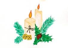 Κεριά Χριστουγέννων που καίγονται μεταξύ των κλάδων κωνοφόρων και των χρυσών κουδουνιών ελεύθερη απεικόνιση δικαιώματος