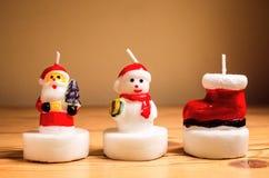 Κεριά Χριστουγέννων σε έναν πίνακα στοκ εικόνες με δικαίωμα ελεύθερης χρήσης