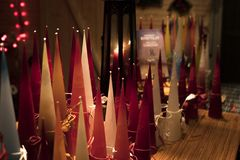 Κεριά Χριστουγέννων στην αγορά Χριστουγέννων στοκ εικόνα