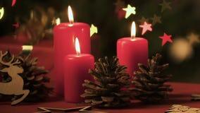 Κεριά Χριστουγέννων, pinecones και δώρο στο κλίμα των φω'των αστεριών νεράιδων απόθεμα βίντεο