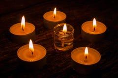 Κεριά Aromatherapy στον ξύλινο Στοκ Φωτογραφία