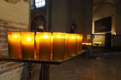 Κεριά Tealight σε μια εκκλησία Στοκ Εικόνες