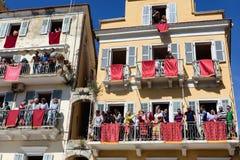 ΚΕΡΚΥΡΑ, ΕΛΛΑΔΑ - 30 ΑΠΡΙΛΊΟΥ 2016: Το Corfians ρίχνει τα δοχεία αργίλου από τα μπαλκόνια το ιερό Σάββατο για να γιορτάσει την αν Στοκ φωτογραφία με δικαίωμα ελεύθερης χρήσης